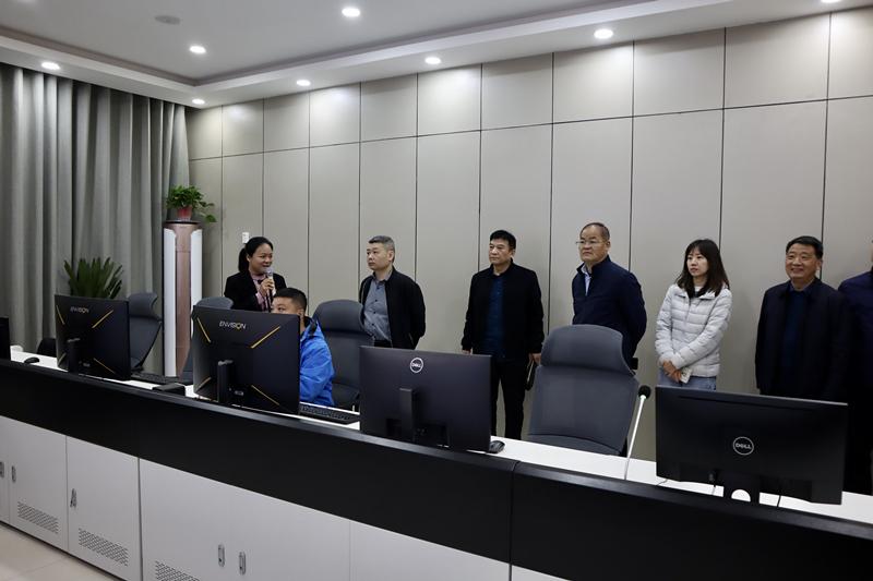 4月1日国家民委经济发展司副司长黄东辉一行到我县调研.1_副本.jpg