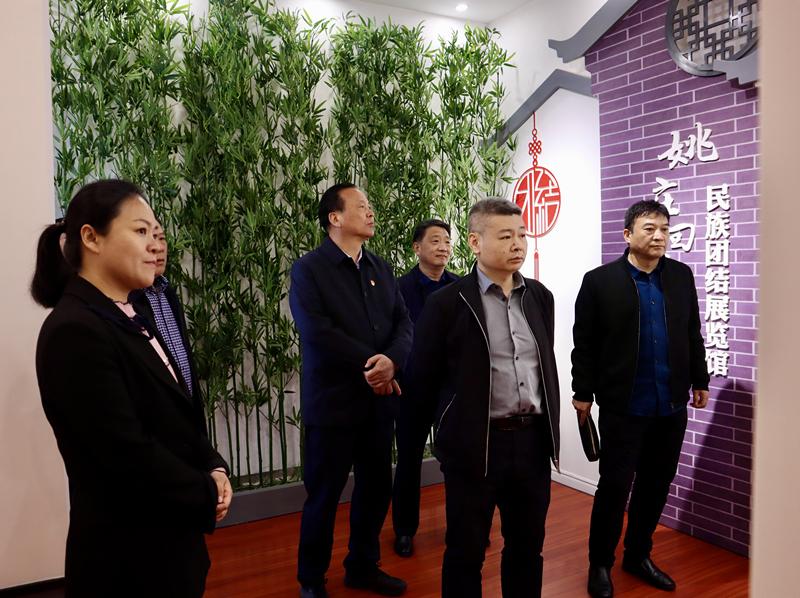 4月1日国家民委经济发展司副司长黄东辉一行到我县调研.2_副本.jpg